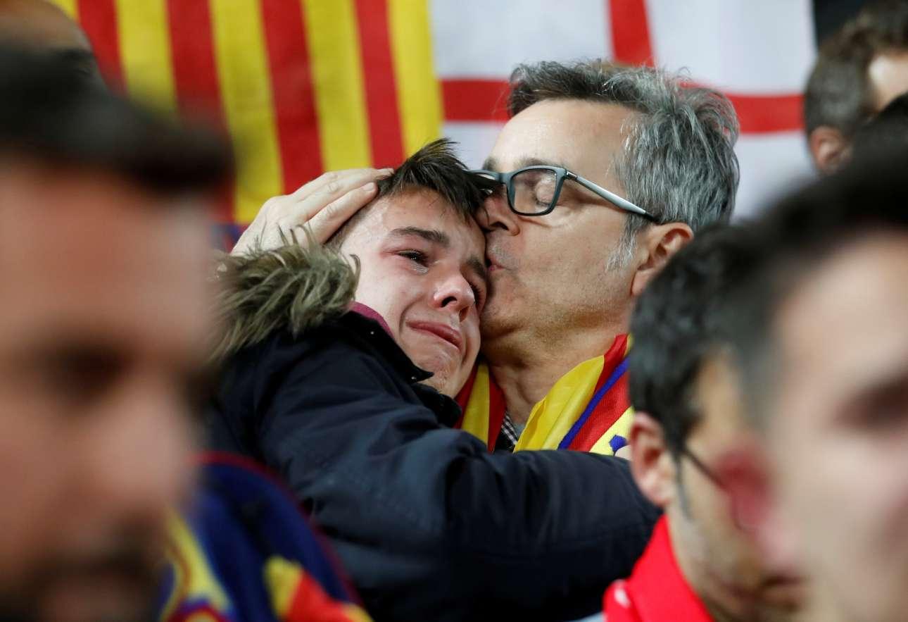 Τρίτη, 7 Μαΐου, Μεγάλη Βρετανία. Ενας πατέρας φιλά τον γιο του που δεν μπορεί να συγκρατήσει τα δάκρυά του μετά τον απρόσμενο αποκλεισμό της Μπαρτσελόνα από την Λίβερπουλ