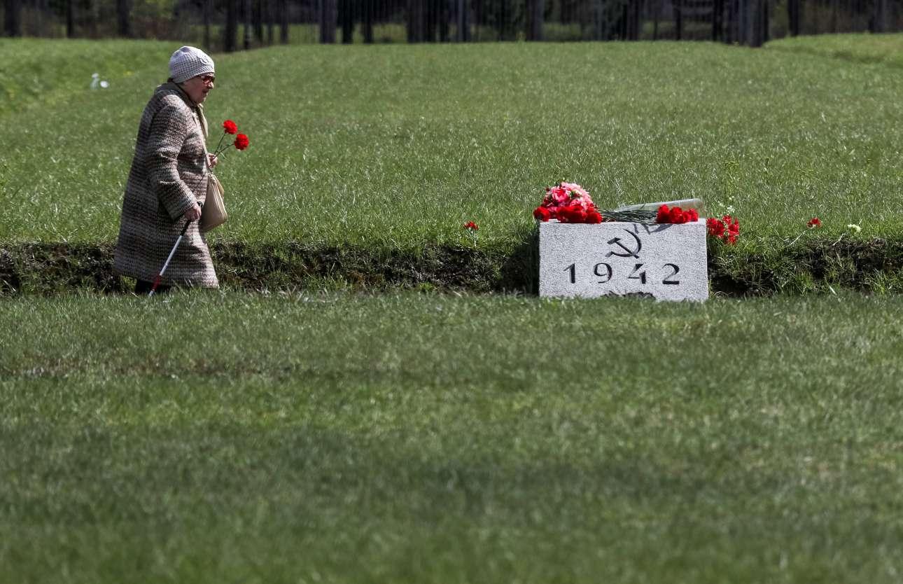 Τετάρτη, 8 Μαΐου, Ρωσία. Γυναίκα αφήνει λίγα λουλούδια στο Κοιμητήριο Πισκαριόβσκογε στην Αγία Πετρούπολη μία ημέρα πριν τον εορτασμό της επετείου για την νίκη της Ρωσίας επί των χιτλερικής Γερμανίας στον Β΄ Παγκόσμιο Πόλεμο