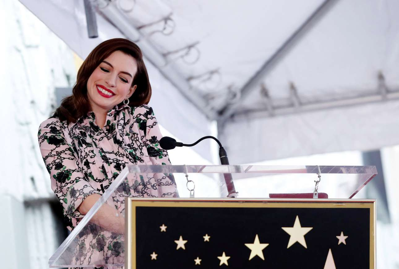 Πέμπτη, 9 Μαΐου, ΗΠΑ. H αμερικανίδα ηθοποιός Αν Χάθαγουεϊ απέκτησε το δικό της αστέρι στη διάσημη Λεωφόρο της Δόξας, στο Λος Αντζελες, μεσούσης της προώθησης της νέας της ταινίας «The Hustle»
