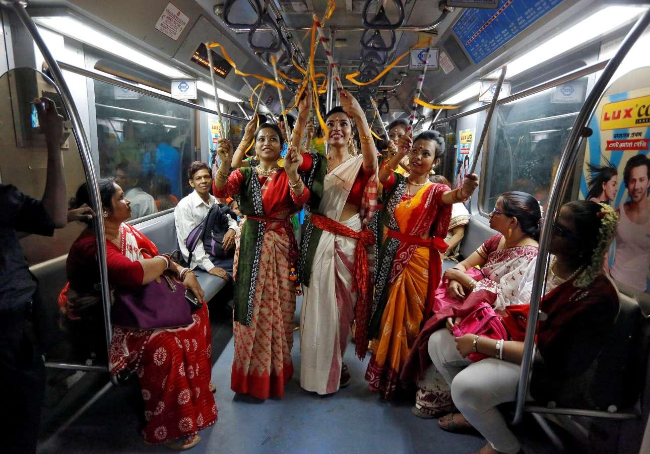 Παρασκευή, 10 Μαΐου, Ινδία. Γυναίκες, που σύμφωνα με τους διοργανωτές της εκδήλωσης πάσχουν από θαλασσαιμία (μεσογειακή αναιμία), συμμετέχουν σε δρώμενο σε ένα βαγόνι του μετρό, στην Καλκούτα, με αφορμή τη συμπλήρωση 158 χρόνων από τη γέννηση του ποιητή και κατόχου Νομπέλ Ραμπιντρανάθ Ταγκόρ
