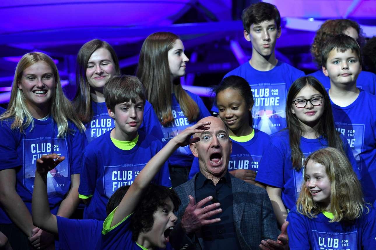 Παρασκευή, 10 Μαΐου, ΗΠΑ. Ο ιδρυτής της Amazon Τζεφ Μπέζος ποζάρει με τα παιδιά από την οργάνωση «Club for the Future» έπειτα από την παρουσίαση της νέας σεληνακάτου, με το όνομα Blue Moon, η οποία προορίζεται να μεταφέρει αστροναύτες και εξοπλισμό στη Σελήνη ως το 2024