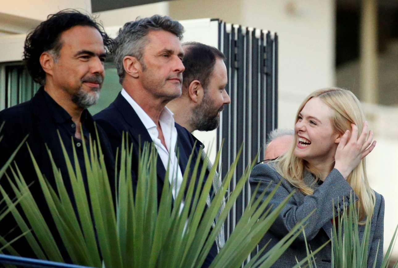 Ο Λάνθιμος συνομιλεί με την Φάνινγκ ενώ ο Ινάριτου και ο Παβλικόβσκι κοιτούν τον φακό κατά την άφιξή τους στο 72ο Φεστιβάλ των Καννών