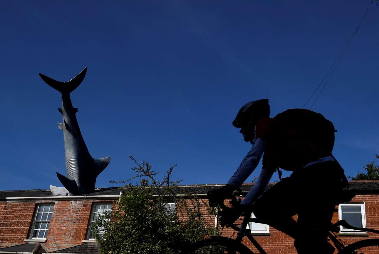 Ενας άνδρας περνά με το ποδήλατό του μπροστά από το γλυπτό «Άτιτλο 1986», περισσότερο γνωστό ως «Ο Καρχαρίας του Headington», στην Οξφόρδη