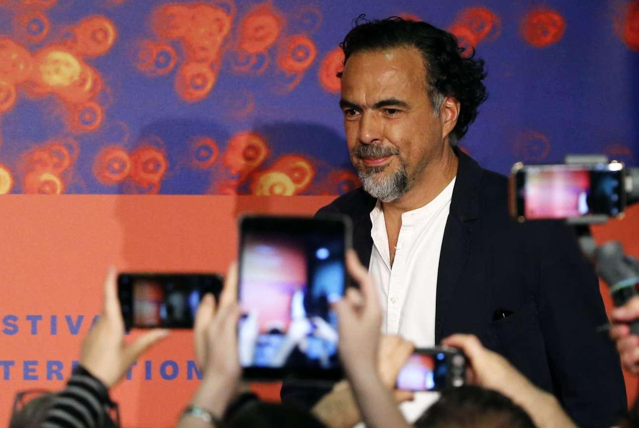 O πρόεδρος της Κριτικής Επιτροπής Αλεχάντρο Γκονζάλες Ινάριτου ποζάρει σε φωτογράφους και... φωτογραφίζοντες δημοσιογράφους
