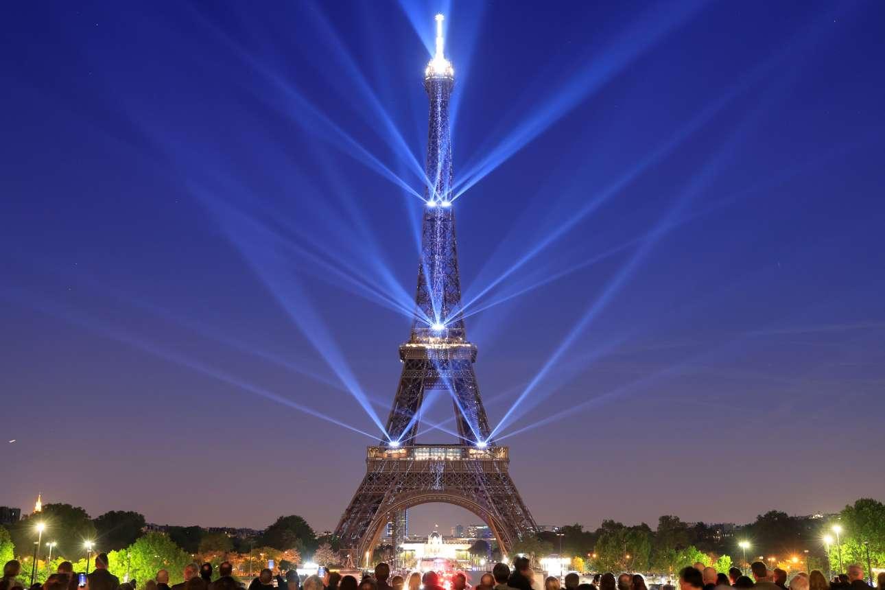 Ο Πύργος του Άιφελ, σήμα κατατεθέν της πόλης του Παρισιού, γίνεται 130 ετών και φωτίζεται σε ένα φαντασμαγορικό σόου