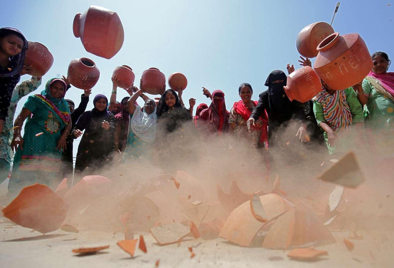 Γυναίκες σπάνε πήλινες στάμνες, σε διαμαρτυρία για την έλλειψη πόσιμου νερού, έξω από τα γραφεία της δημοτικής εταιρείας ύδρευσης, στο Αχμενταμπάντ της Ινδίας
