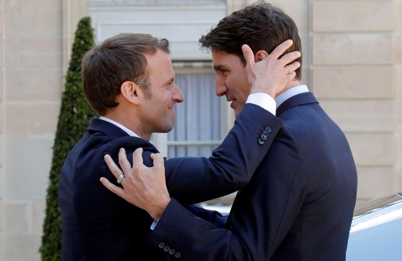 Ο γάλλος πρόεδρος Εμανουέλ Μακρόν αποχαιρετά τον καναδό πρωθυπουργό Τζάστιν Τριντό μετά το τέλος κοινής συνέντευξης Τύπου που παραχώρησαν στο Παρίσι