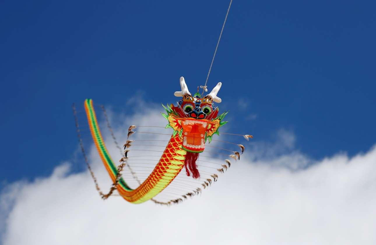 Χαρταετός σε σχήμα δράκου πετά στον αέρα, κατά την διάρκεια του Φεστιβάλ Κινεζικού Χαρταετού, στην Βαλέτα της Μάλτας