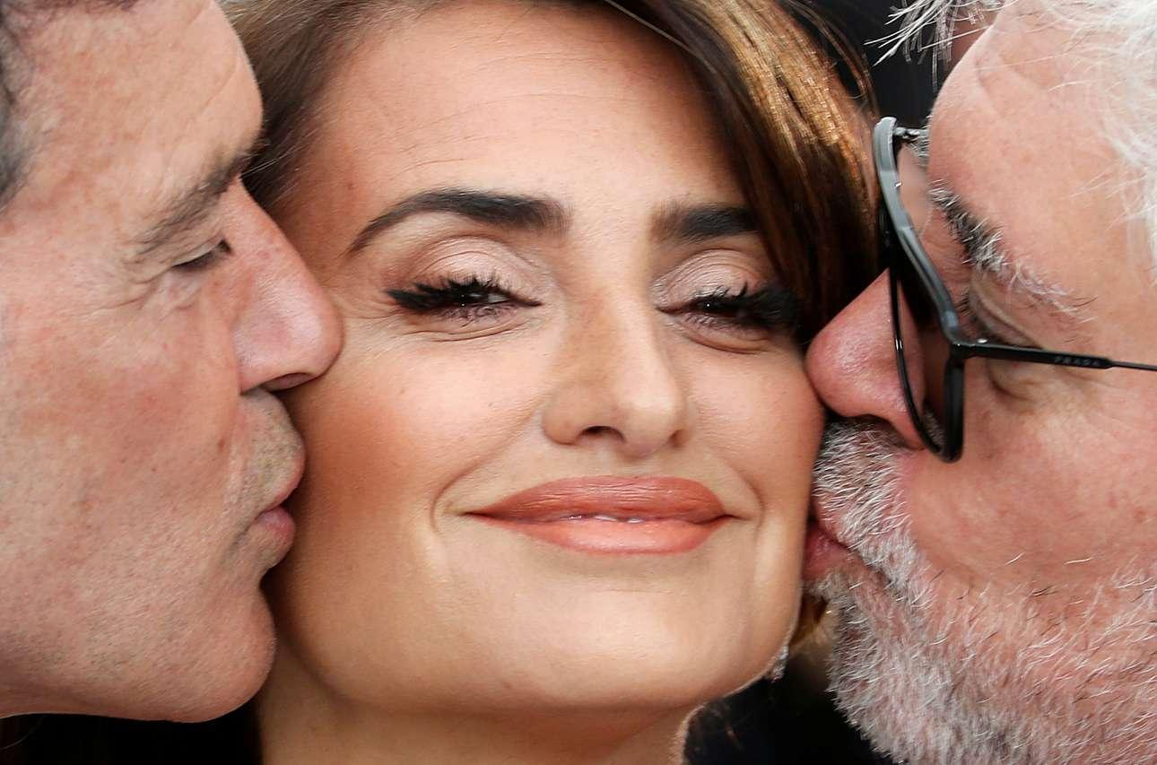 Ο Αντόνιο Μπαντέρας και ο Πέδρο Αλμοδόβαρ φιλούν την Πενέλοπε Κρουθ στην πρεμιέρα της ταινίας του σκηνοθέτη στις Κάννες στις 18 Μαΐου
