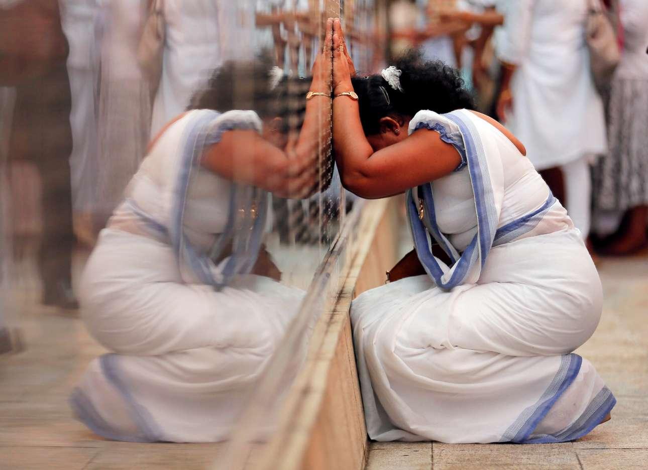 Συγγενής ενός στρατιώτη, ο οποίος πέθανε κατά τον εμφύλιο πόλεμο της Σρι Λάνκα, κλαίει σε μνημείο, στο Κολόμπο, για τα θύματα του πολέμου κατά τη διάρκεια τελετής με αφορμή τη συμπλήρωση δέκα χρόνων από τη λήξη του εμφύλιου πολέμου μεταξύ των Ταμίλ και των κυβερνητικών στρατευμάτων