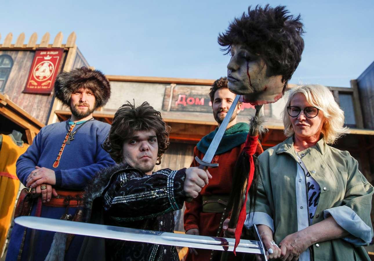 Φαν της σειράς «Game of Thrones» προσέρχονται για την προβολή του τελευταίου επεισοδίου της σε γιγαντοοθόνη στο στάδιο Λοκομοτίβ της Μόσχας
