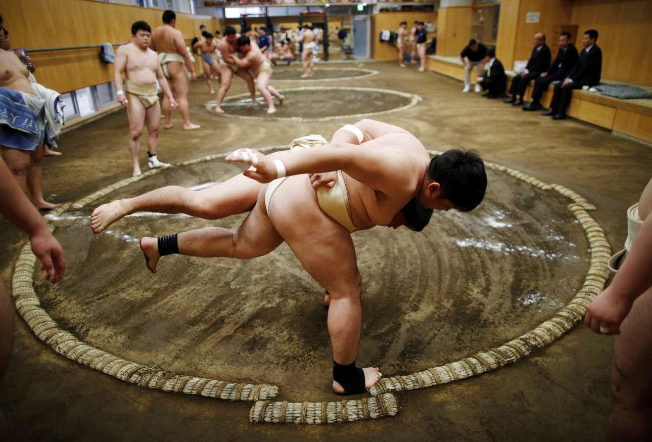 Φοιτητές του Nippon Sports Science University, στο Τόκιο, εξασκούνται στο σούμο