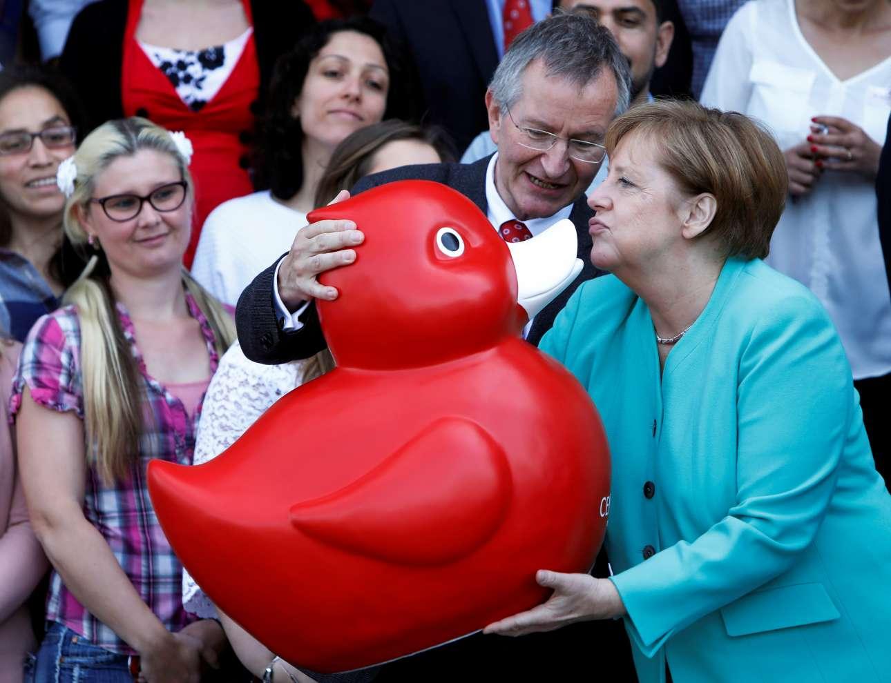 Η γερμανίδα καγκελάριος Άγκελα Μέρκελ μάλλον χάρηκε για το δώρο που της προσέφερε ο CEO της Centogene AG, Αρντ Ρολφς, κατά την επίσκεψή της στις εγκαταστάσεις της εταιρείας στο Ροστόκ της Γερμανίας