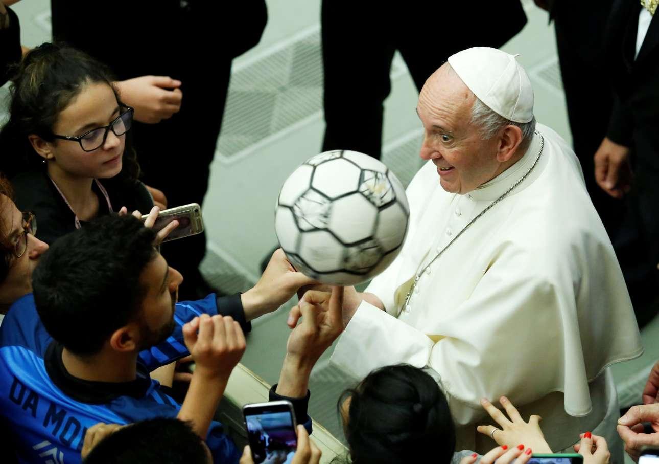 Ο Πάπας Φραγκίσκος υποδέχεται στο Βατικανό ομάδες μαθητών που αγαπούν το ποδόσφαιρο σε μια προσπάθεια να προωθήσει τις αξίες του αθλητισμού και του ποδοσφαίρου
