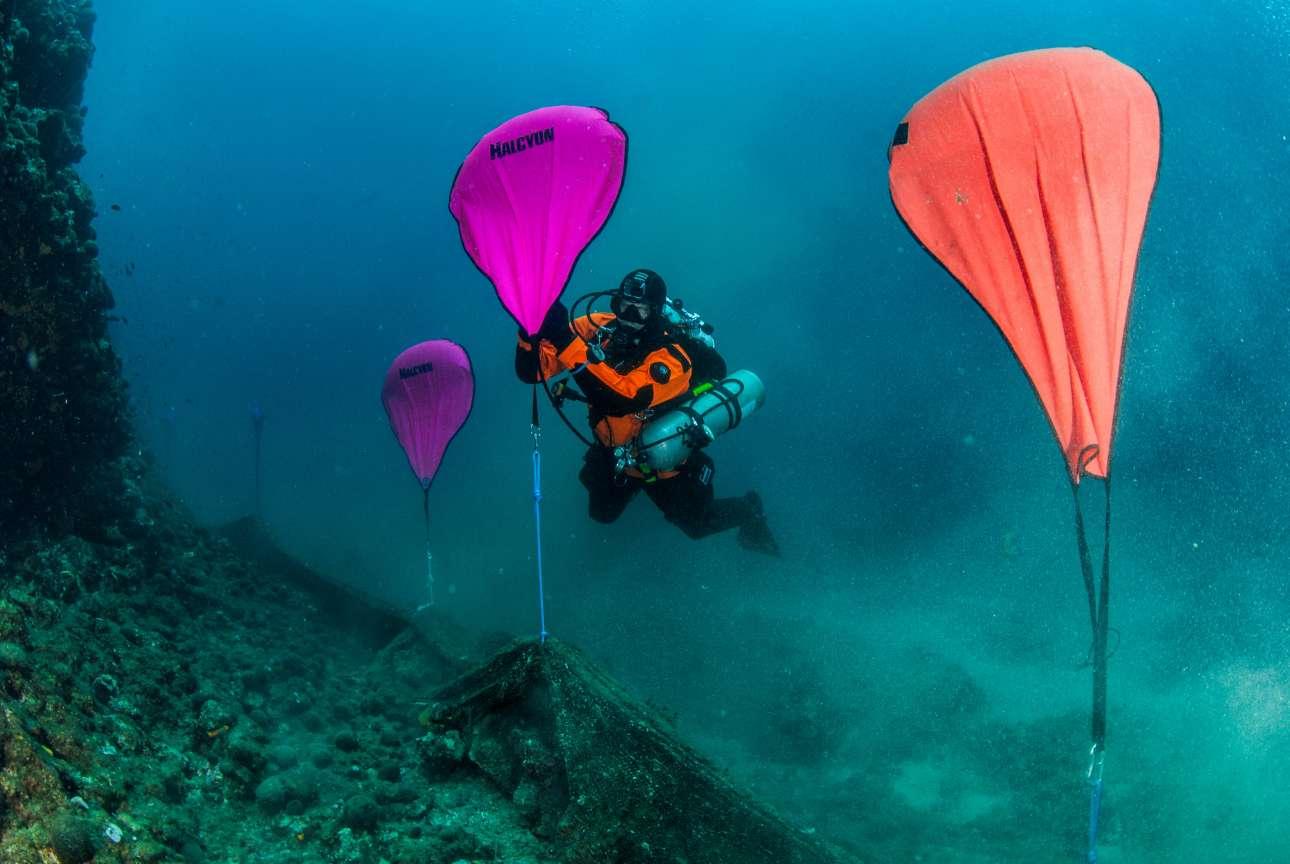 Ανδρας ανασύρει «δίχτυ-φάντασμα» από τον βυθό της θάλασσας στο Στρατώνι Χαλκιδικής, στο πλαίσιο ευρωπαϊκής περιβαλλοντικής πρωτοβουλίας. Έλληνες και Ολλανδοί δύτες ανέσυραν 2 σχεδόν τόνους απορριμμάτων, σε μια περιοχή με πλούσια βιοποικιλότητα