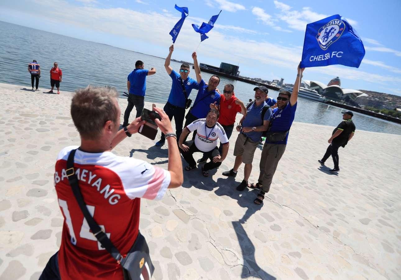 Φίλαθλος της Άρσεναλ βγάζει φωτογραφία τους αντίστοιχους της Τσέλσι, σ' ένα δείγμα ποδοσφαιρικού πολιτισμού, με φόντο την Κασπία Θάλασσα στο Μπακού του Αζερμπαϊτζάν. Ο μεγάλος τελικός του Europa League πραγματοποιήθηκε την Πέμπτη