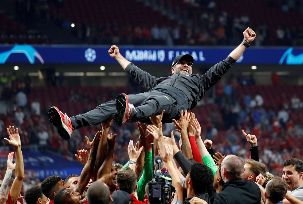 Οι παίκτες της Λίβερπουλ σηκώνουν στα χέρια τον σπουδαίο προπονητή τους Γιούργκεν Κλοπ, μετά την κατάκτηση του Champions League χθες βράδυ στην Μαδρίτη, με αντίπαλο την Τότεναμ
