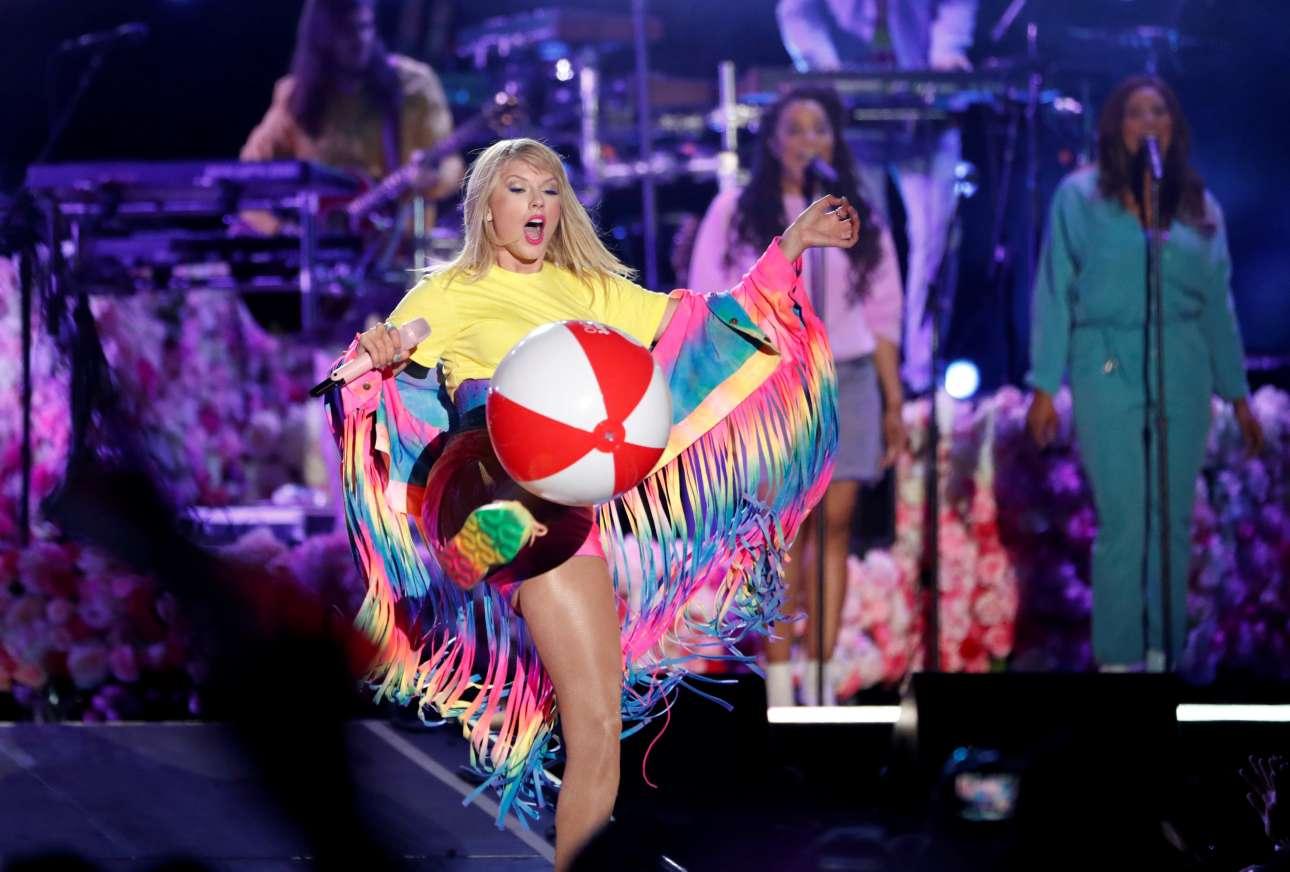 Η τραγουδίστρια Τέιλορ Σουίφτ κλωτσά μία πλαστική μπάλα κατά τη διάρκεια συναυλίας της στην Καλιφόρνια