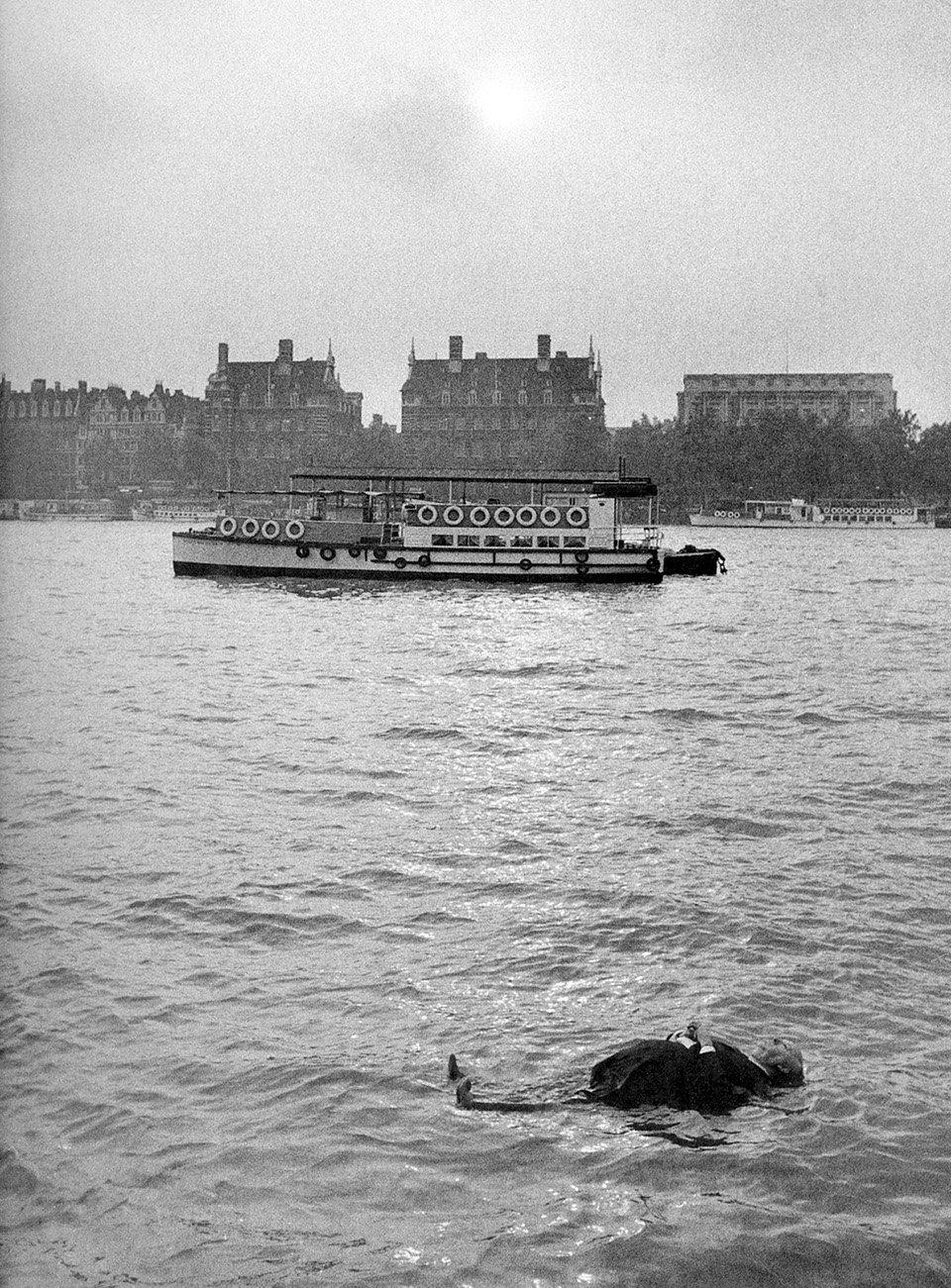 «Φρενίτις» (Frenzy), 1972. Μία κούκλα-ομοίωμα του Χίτσκοκ επιπλέει στον ποταμό Τάμεση, μέρος ενός αστείου διαφημιστικού τρέιλερ για την ταινία «Φρενίτις». O βρετανός σκηνοθέτης λάτρευε το μαύρο χιούμορ, το οποίο έγινε και σήμα κατατεθέν του