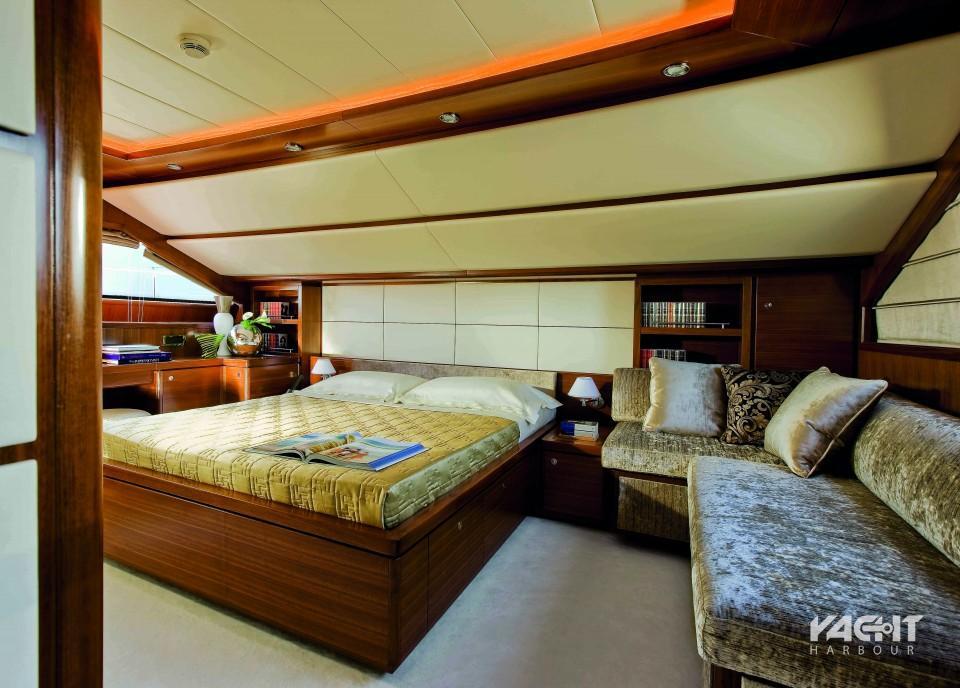 To master υπνοδωμάτιο, διαθέτει καναπέ, γραφείο και τη δική του τουαλέτα