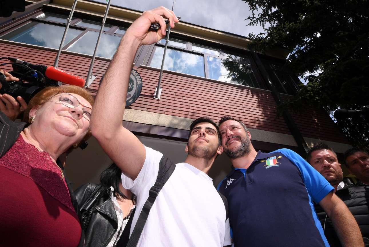 Μιλάνο, Ιταλία. Ο αντιπρόεδρος της ιταλικής κυβέρνησης, υπουργός Εσωτερικών και επικεφαλής της Λέγκα Ματέο Σαλβίνι, βγάζει σέλφι με έναν υποστηρικτή του, έξω από το εκλογικό κέντρο στο Μιλάνο, όπου άσκησε το εκλογικό του δικαίωμα