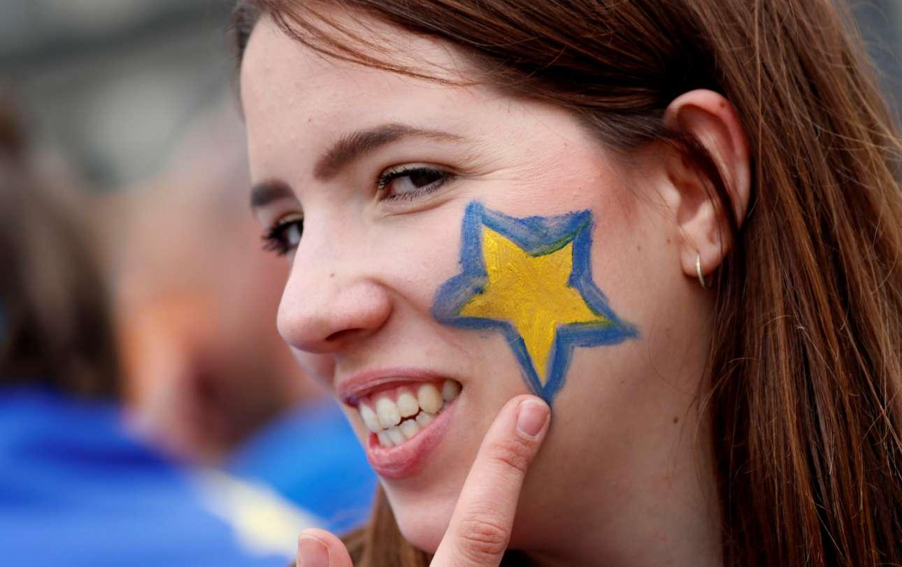 Βερολίνο, Γερμανία. Με ένα πλατύ χαμόγελο, η υποστηρίκτρια του φιλοευρωπαϊκού κινήματος «Pulse of Europe» (Παλμός της Ευρώπης), περιμένει την έναρξη της εκδήλωσης που γίνεται στην πλατεία Gendarmenmarkt