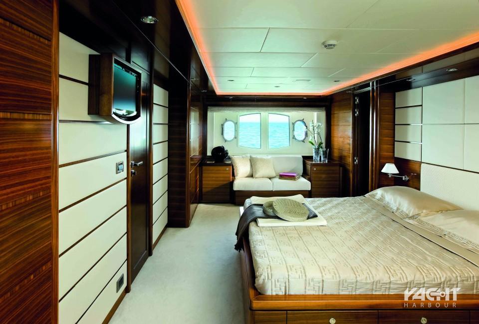 Το υπνοδωμάτιο VIP (για πολύ σημαντικά πρόσωπα) επίσης διαθέτει καναπέ και δική του τουαλέτα