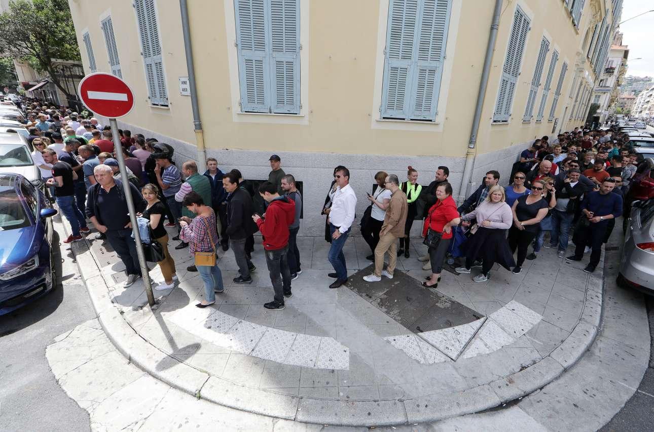 Νίκαια, Γαλλία. Και όμως, έχουν έντονη πολιτική συνείδηση. Ρουμάνοι πολίτες σχηματίζουν ουρές χιλιομέτρων και υπομονής στη Νίκαια της Γαλλίας, προκειμένου να ασκήσουν το εκλογικό τους δικαίωμα