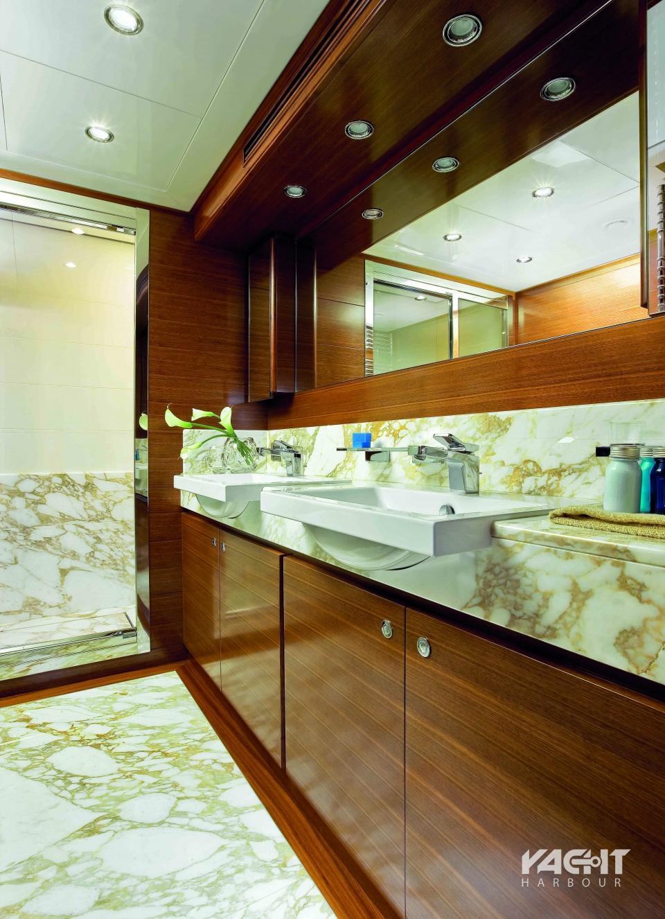 Η τουαλέτα του master υπνοδωματίου με τον μαρμάρινο πάγκο και το πάτωμα