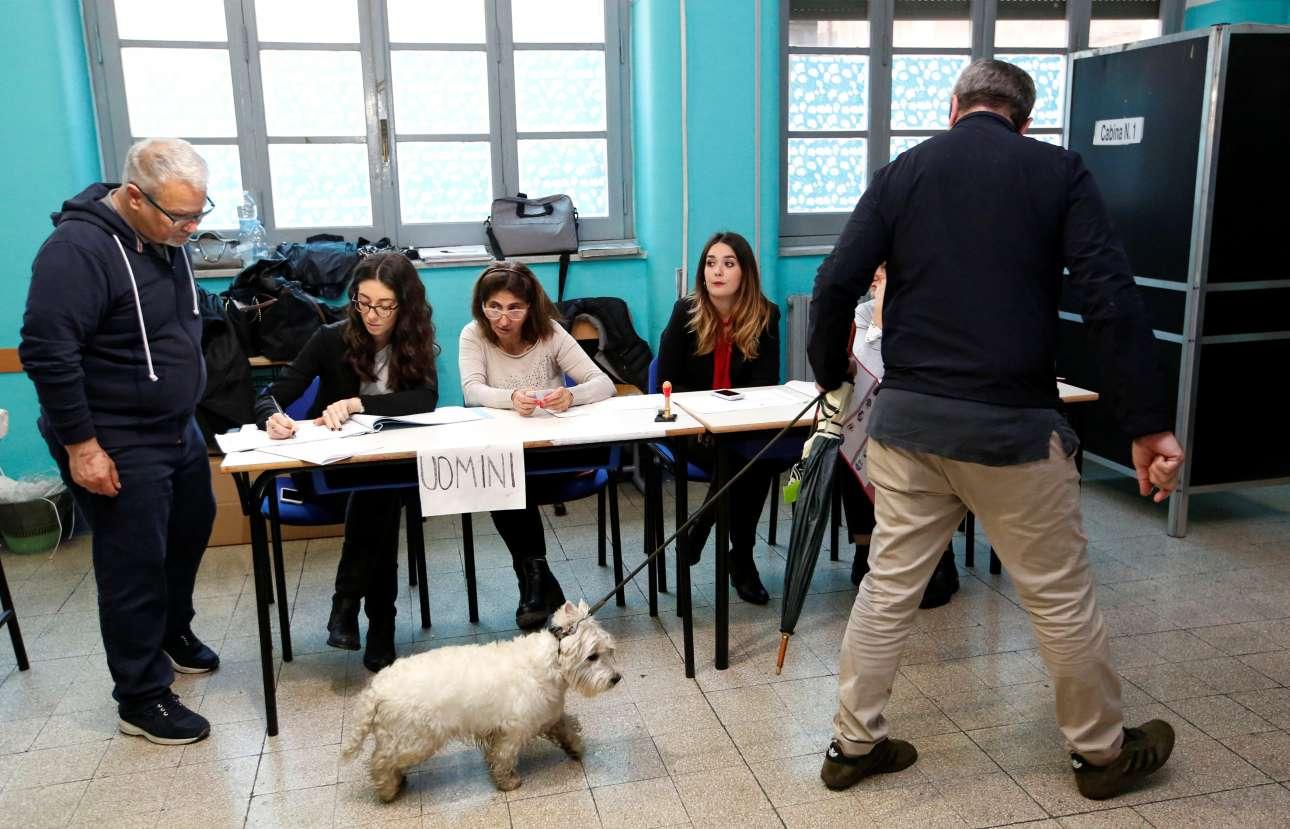 Ρώμη, Ιταλία. Ψηφοφόρος στη Ρώμη προσήλθε στο εκλογικό κέντρο με τον σκύλο του, ο οποίος δεν έδειχνε ιδιαίτερα χαρούμενος, όταν κατάλαβε ότι θα πρέπει να περάσει πίσω από το παραβάν