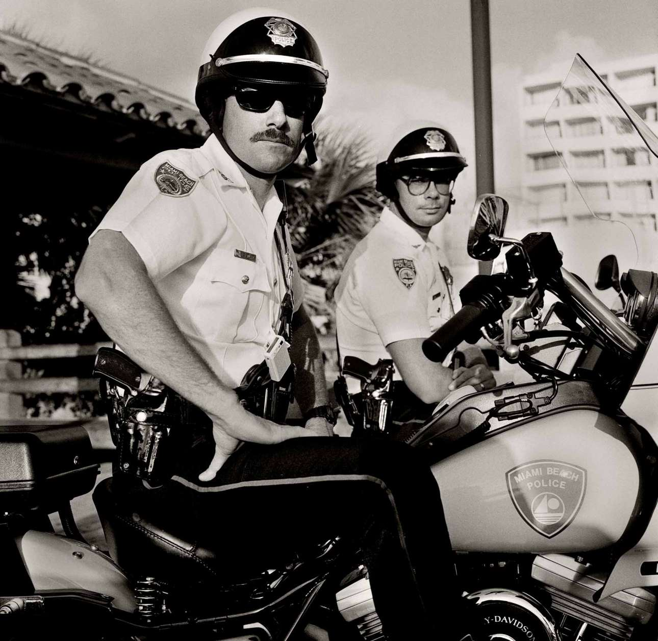 Λεωφόρος Κόλινς, Σάουθ Μπιτς, 1989. Στον πρόλογο του βιβλίου ο φωτογράφος και συγγραφέας Μπιλ Χέιζ δίνει μερικά ιστορικά στοιχεία για το Μαϊάμι και την εγκληματικότητά του: «Στα μέσα της δεκαετίας του 1970, ένας ντόπιος αστυνομικός είχε χαρακτηρίσει το Μαϊάμι το πιο επικίνδυνο μέρος της Γης. Το 25% των θανάτων ήταν από πυρκαγιά, το 15% ήταν δημόσιες εκτελέσεις και η πλειονότητα είχε να κάνει με τα ναρκωτικά. Η λευκή μεσαία τάξη της Αμερικής είχε ερωτευτεί την κοκαΐνη και το 80% του προϊόντος έφθανε μέσω του Μαϊάμι, κάτι που είχε ως αποτέλεσμα τον πόλεμο μεταξύ των ναρκέμπορων»