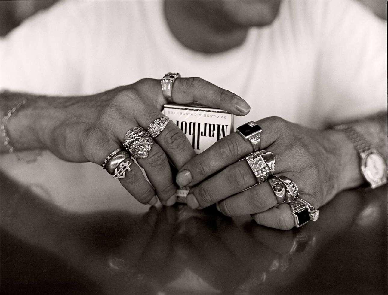 Δάχτυλα που «κιτρίνισαν» από τον χρυσό και όχι από το τσιγάρο. Σάουθ Μπιτς, 1990