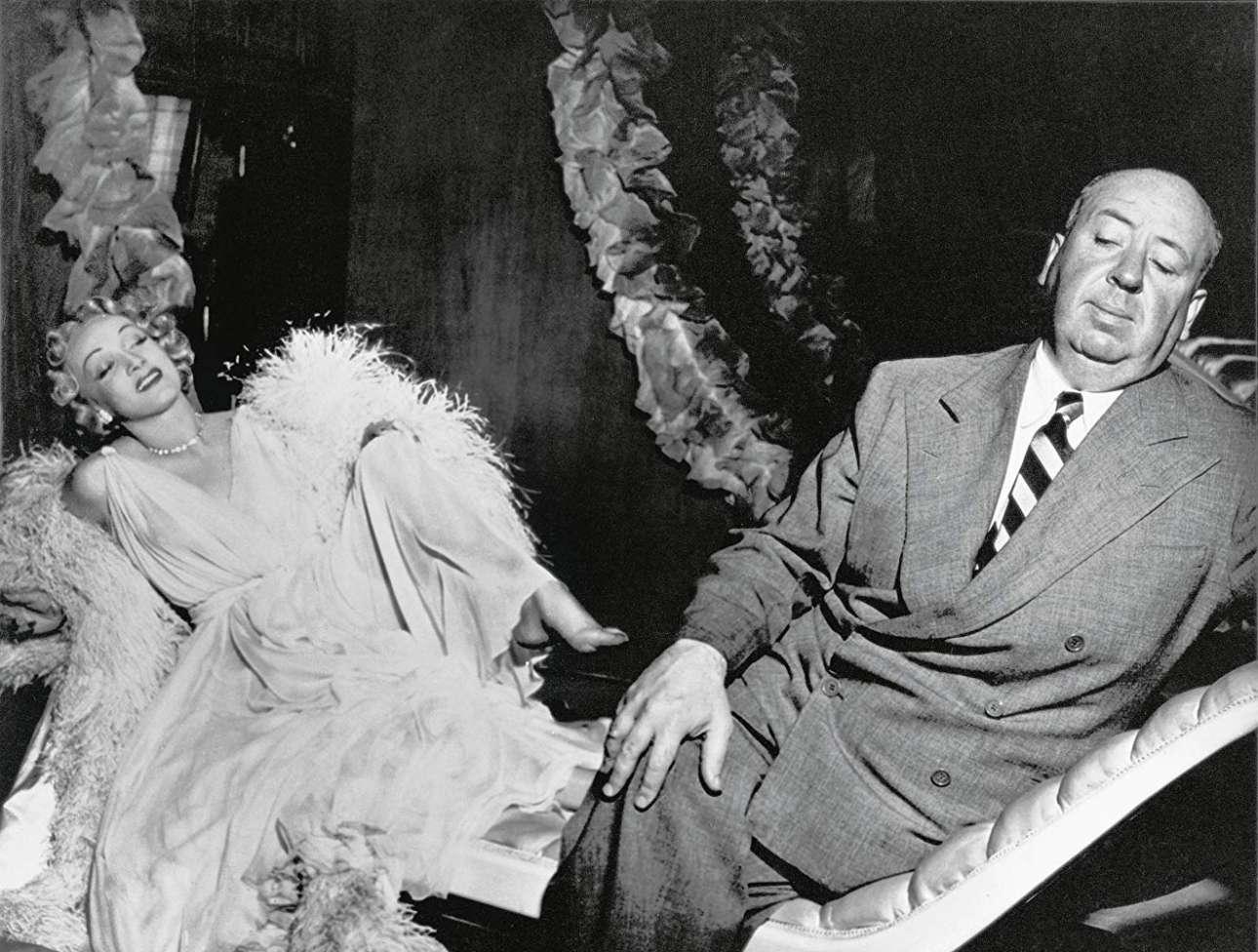 «Πονεμένο Ρομάντζο» (Stage Fright), 1950. Η Μάρλεν Ντίντριχ, η οποία στην ταινία υποδύεται τη φανταχτερή ηθοποιό και τραγουδίστρια Σάρλοτ Ινγουντ, προσπαθεί να τραβήξει την προσοχή του σκηνοθέτη στο πλατό