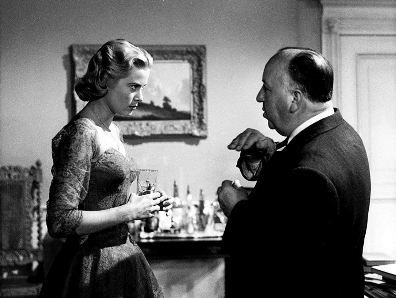 «Τηλεφωνήσατε Ασφάλεια Άμεσου Δράσεως», 1954. Η πανέμορφη Γκρέις Κέλι ακούει προσεκτικά τις οδηγίες του Χίτσκοκ για τον ρόλο της ως Μάργκοτ Βένις, μία γυναίκα που θέλει να δολοφονήσει ο άνδρας της όταν μαθαίνει πως τον απατάει