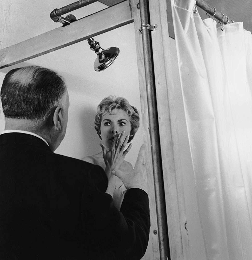 «Ψυχώ», 1960. Ο Αλφρεντ Χίτσκοκ σκηνοθετεί τη Τζάνετ Λι στη διάσημη σκηνή του ντους. Τα 78 πλάνα της σκηνής, τα οποία έπειτα μονταρίστηκαν στα 45 δευτερόλεπτα που βλέπουμε στην ταινία, χρειάστηκαν 7 ημέρες για να ολοκληρωθούν