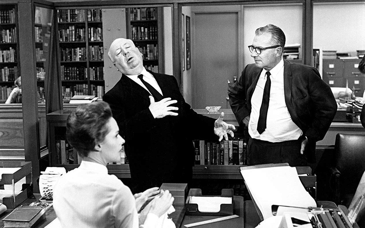 «Μάρνι», 1964. Ο Χίτσκοκ δείχνει στον διευθυντή φωτογραφίας Ρόμπερτ Μπέρκς πώς πρέπει να λιποθυμήσει η Τίπι Χέντρεν όταν δει έναν κόκκινο λεκέ στη μπλούζα της. Ο Μπέρκς είχε εργαστεί σε δώδεκα ταινίες του Χίτσκοκ, ανάμεσα σε αυτές  ο «Σιωπηλός μάρτυρας» (Rear Window) και ο «Δεσμώτης του Ιλίγου» (Vertigo)