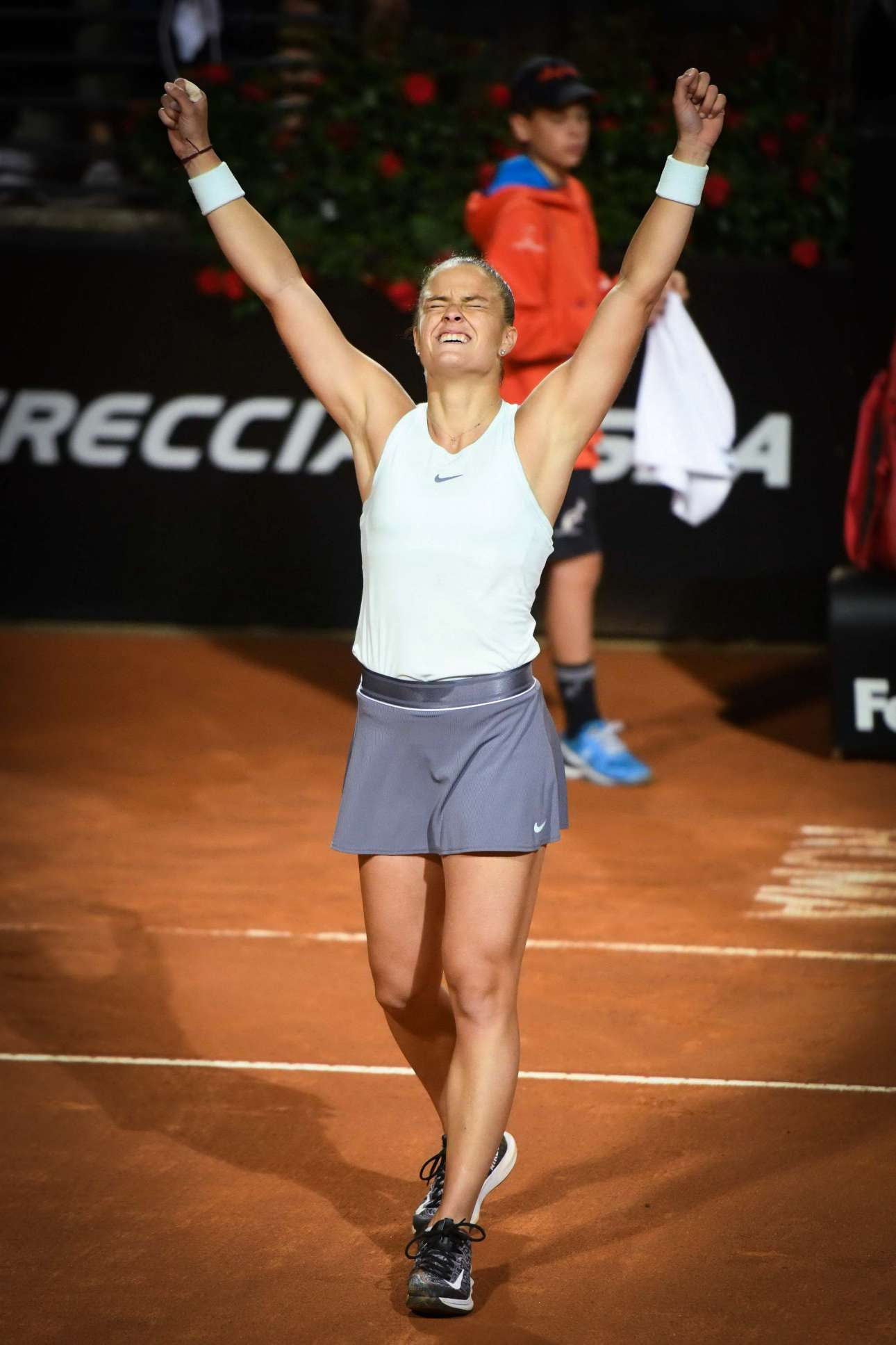 Η Σάκκαρη ευτυχισμένη, πανηγυρίζει τη νίκη της επί της Κριστίνα Μλαντένοβιτς, στον προημιτελικό
