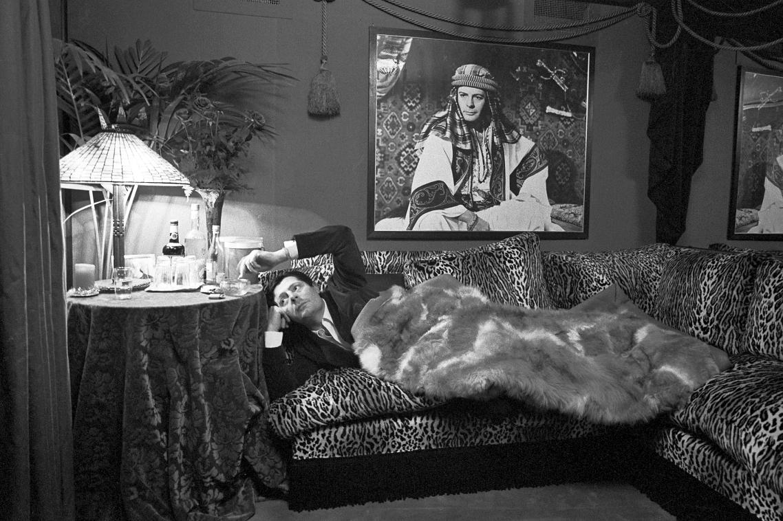 Ο ηθοποιός Μαρτσέλο Μαστρογιάνι ξεκουράζεται στο καμαρίνι του, το 1966
