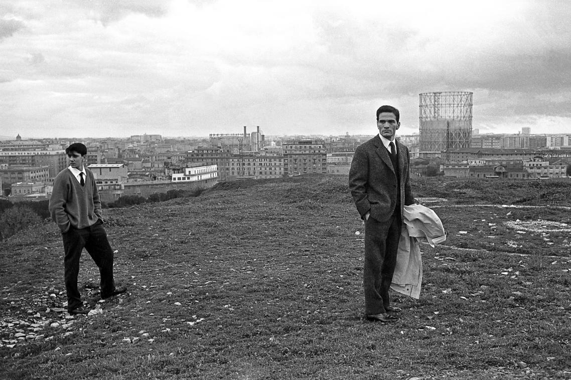 Ο Πιέρ Πάολο Παζολίνι με φόντο τις παλιές εγκαταστάσεις αερίου, στη Ρώμη