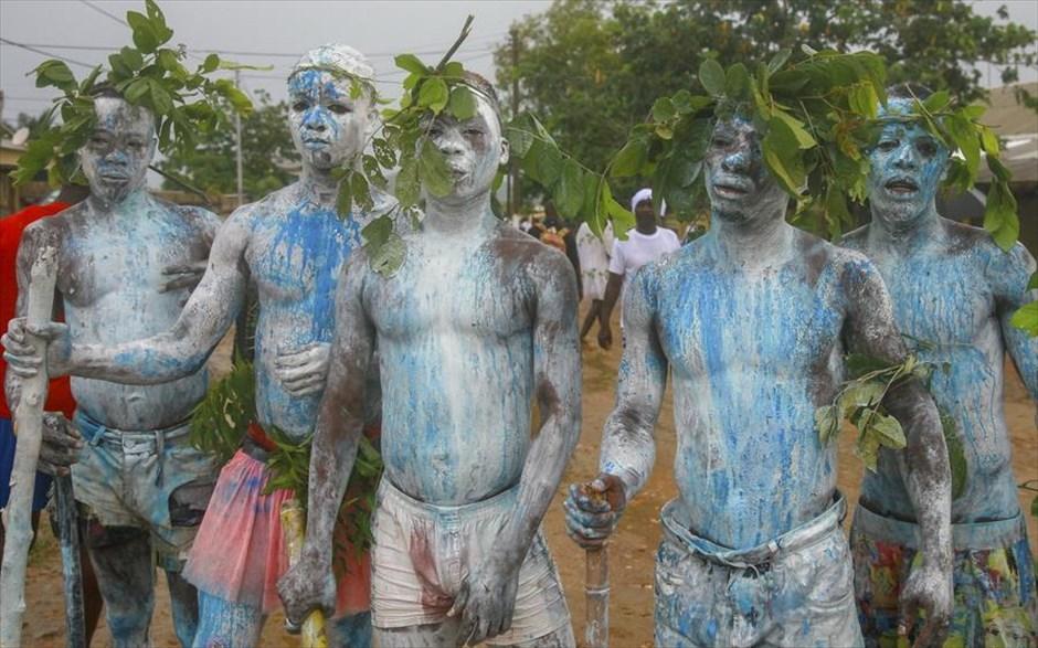 Δευτέρα, 6 Μαΐου, Γκάνα. Κυνηγοί της φυλής Τοάφο Ασάφο συμμετέχουν στο φεστιβάλ κυνηγιού ελαφιού Aboakyer, στην περιοχή Γουινέμπα