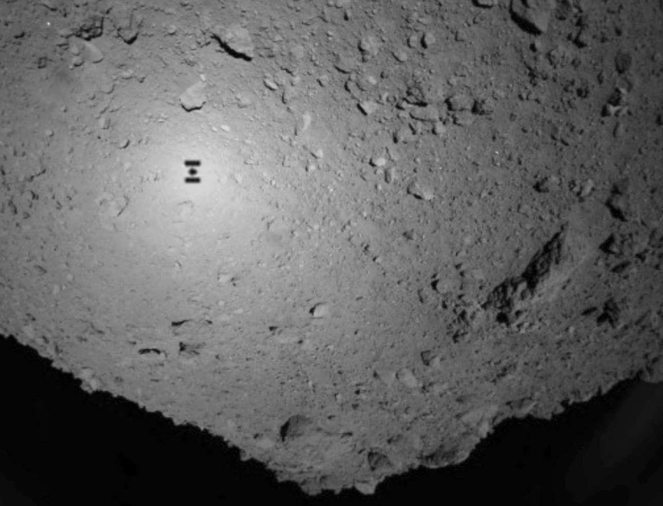 Στην εικόνα φαίνεται το διαστημικό σκάφος Hayabusa2 που έστειλαν οι Ιάπωνες με σκοπό τη συλλογή στοιχείων για την προέλευση του ηλιακού συστήματος. Βρίσκεται πάνω από τον αστεροειδή Ryugu, στις 21 Σεπτεμβρίου 2018