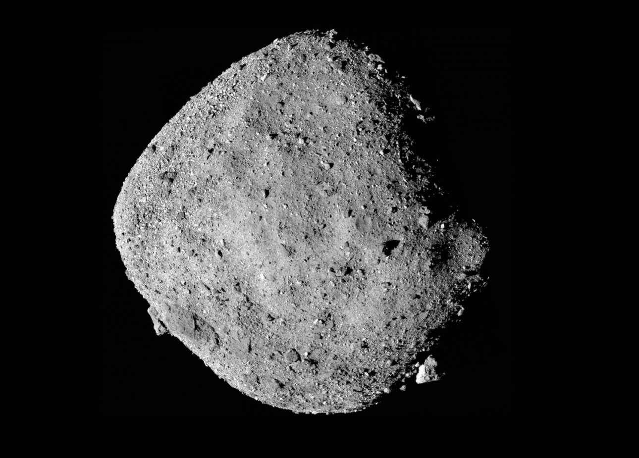 Μπορεί να φαίνεται μία, αλλά εδώ βλέπουμε 12 ενωμένες εικόνες του αστεροειδούς Bennu, που δημιουργούν ένα μοναδικό μωσαϊκό. Η φωτογράφιση έγινε από το διαστημικό σκάφος OSIRIS-REx στις 2 Δεκεμβρίου 2018. Πρόκειται για αστεροειδή που βρίσκεται εξαιρετικά κοντά στη Γη