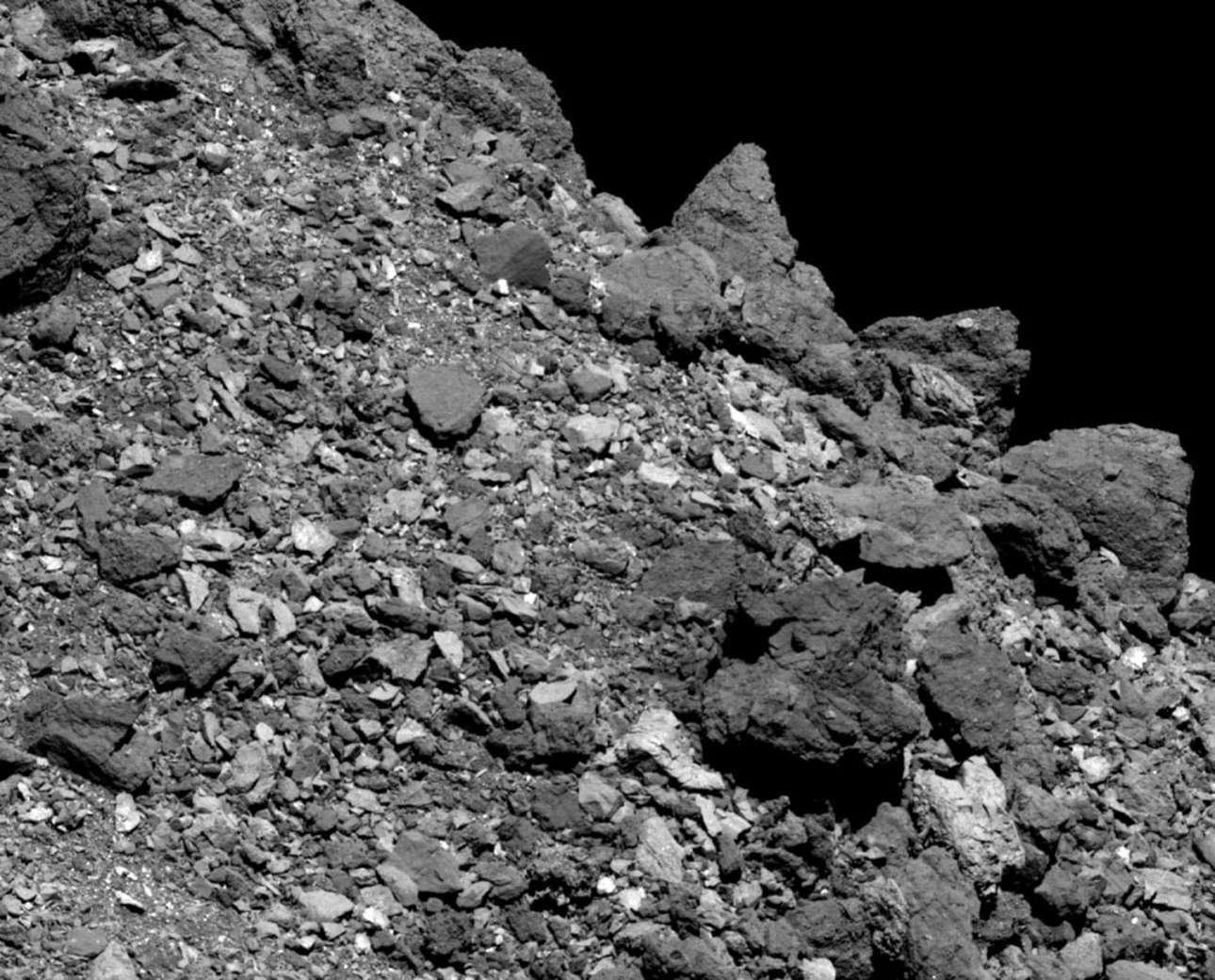 Μία πιο κοντινή λήψη του Bennu δείχνει την περιοχή κοντά στον Ισημερινό του. Οι μεγάλοι ογκόλιθοι, που θυμίζουν περιβάλλον της Γης, συγκεντρώνονται από τη βαρύτητά του, όπως βέβαια και της Γης. Η λήψη έγινε με κάμερα Polycam από το διαστημικό σκάφος OSIRIS-REx της ΝΑSΑ