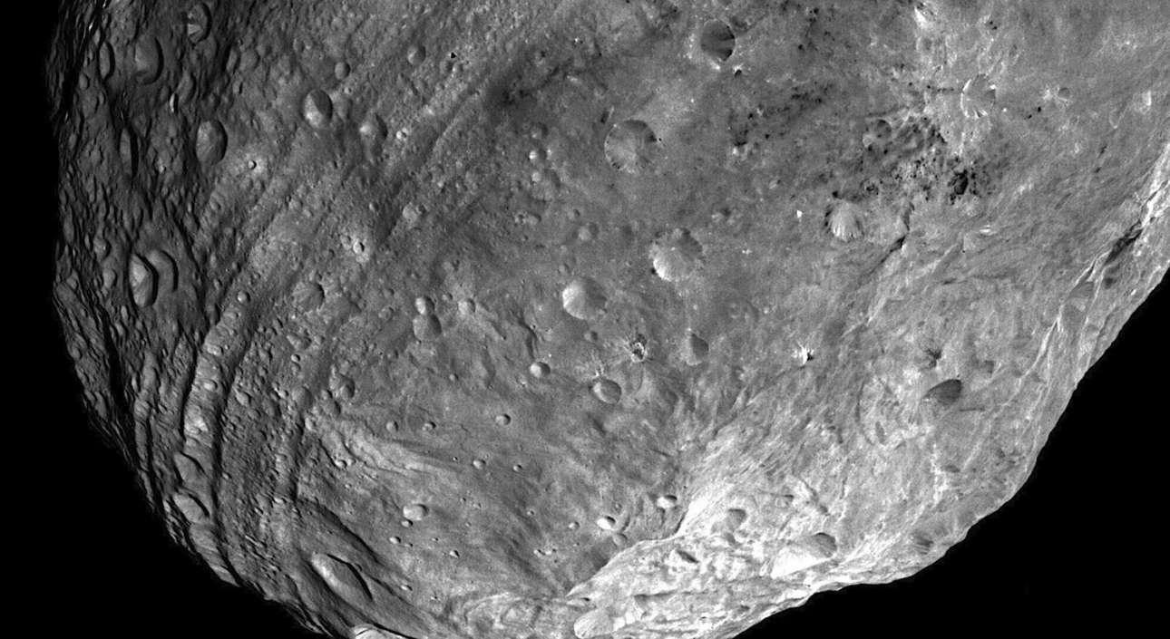 Ο διαστημικός σταθμός της ΝΑSΑ κατάφερε να φωτογραφήσει τον Νότιο Πόλο του αστεροειδούς Vesta. Οι αύλακες στην περιοχή του Ισημερινού του έχουν περίπου 10 χιλιόμετρα πλάτος. Η εικόνα ελήφθη στις 24 Ιουλίου 2011 από απόσταση περίπου 5.200 χιλιομέτρων, στην τροχιά γύρω από τον Ηλιο, στη ζώνη των αστεροειδών μεταξύ Αρη και Δία