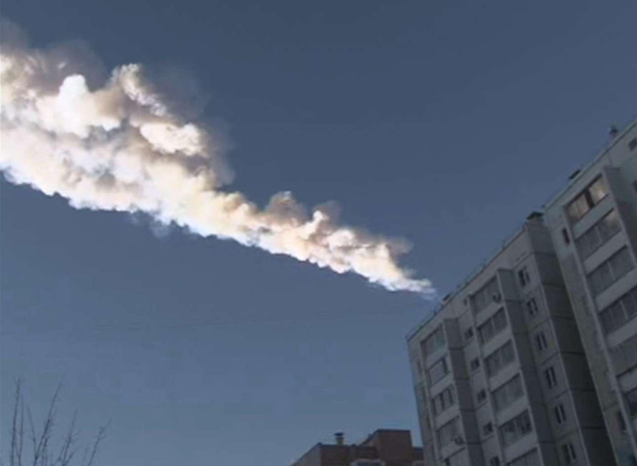 Στην πόλη Ούρα της Ρωσίας ο φωτογραφικός φακός απαθανάτισε ένα αντικείμενο να πέφτει από τον ουρανό. Λίγα δευτερόλεπτα μετά ακούστηκε μία δυνατή έκρηξη και από το ωστικό κύμα τραυματίστηκαν άνθρωποι και έσπασαν τζάμια από πολυκατοικίες