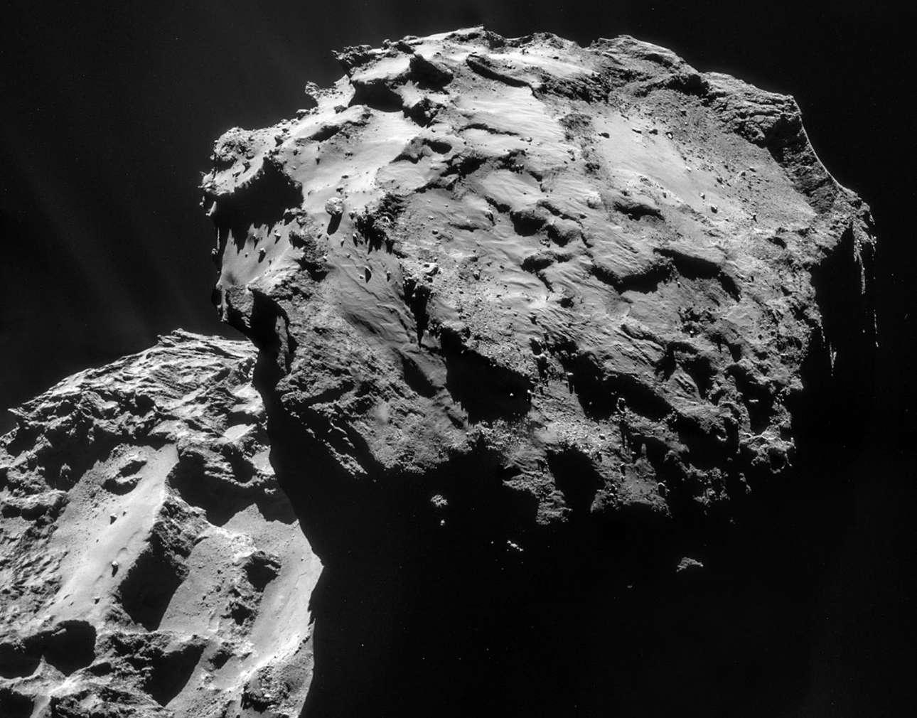 Ενα μωσαϊκό τεσσάρων εικόνων ολοκληρώνει τη φωτογραφία που πήρε η διαστημική Ροζέτα στις 7 Δεκεμβρίου 2014, όταν βρέθηκε πολύ κοντά στον πλανήτη 67P/ Churyumov-Gerasimenko
