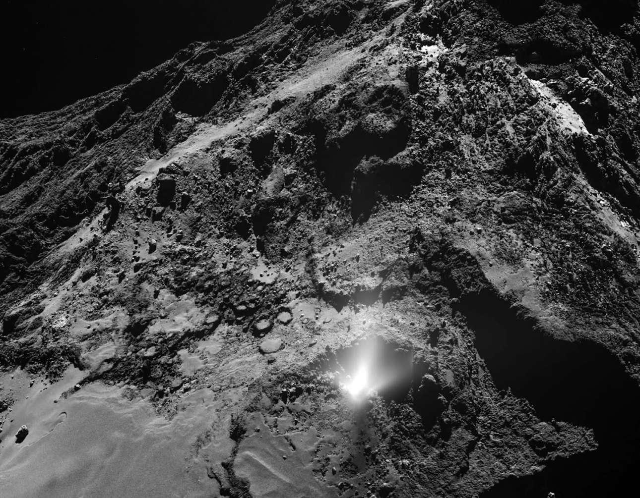 Πυκνό νέφος σκόνης (στο κάτω μέρος της φωτογραφίας) από τον κομήτη 67P/Churyumov-Gerasimenko, εντοπίστηκε στις 3 Ιουλίου 2016 μπροστά από τον ευρυγώνιο φακό της μηχανής της Ευρωπαϊκής Εταιρείας Διαστήματος. Η σκόνη προέρχεται από το πέτρωμα που καταρρέει στη λεκάνη της περιοχής Imhotep, όπως ονομάζεται