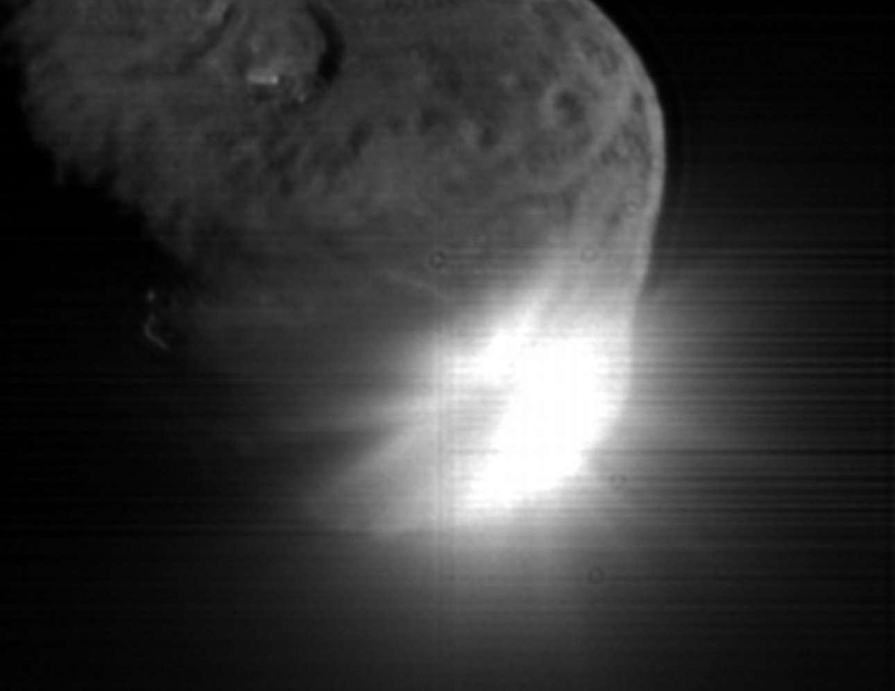 Το διαστημικό σκάφος της ΝΑSΑ Depp Impact συγκρούεται με τον κομήτη Teempel 1. Μία εντυπωσιακή φωτογραφία που τραβήχτηκε στις 4 Ιουλίου 2005. Ο κομήτης είχε το μέγεθος της Μυκόνου