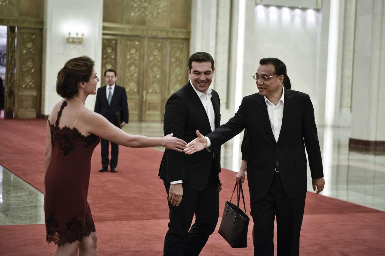 Ιούλιος 2016, Πεκίνο. Παρακολουθεί τη σύντροφό του να γοητεύει με το ανάλαφρο στιλ της τον πρωθυπουργό της Λαϊκής Κίνας Λι  Κετσιάνγκ