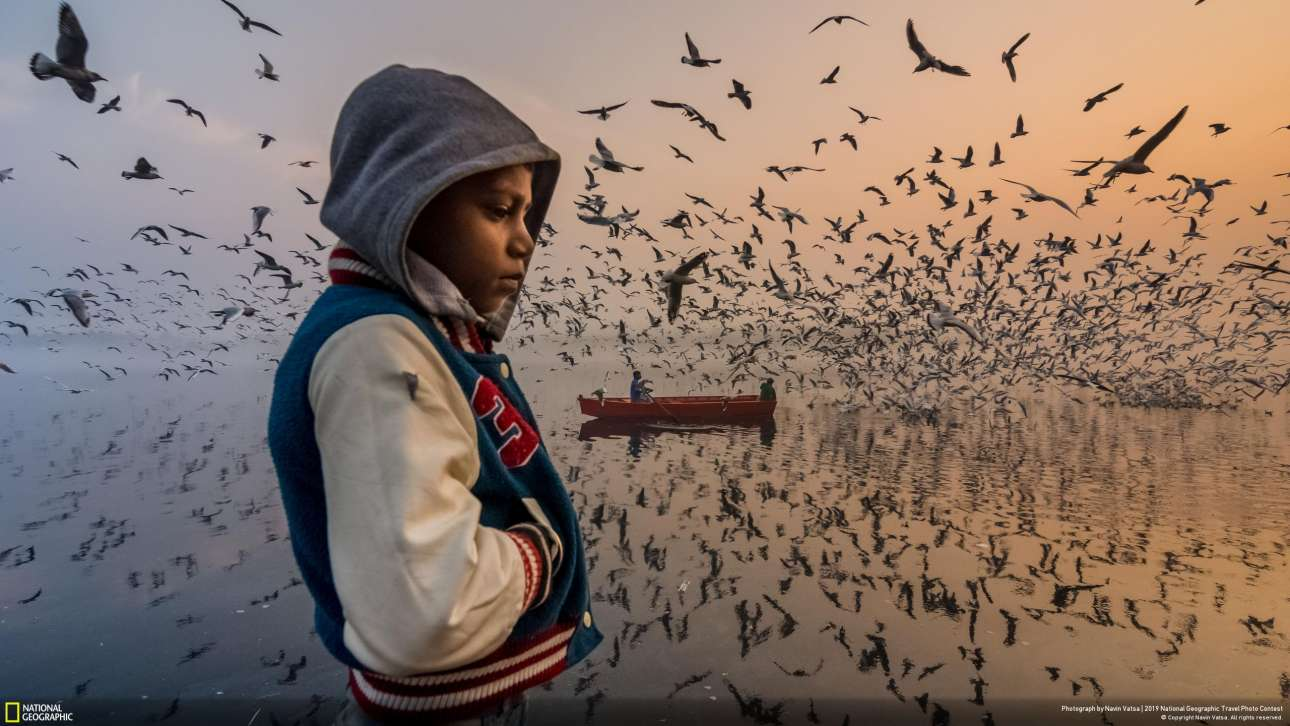 Εύφημος μνεία στην κατηγορία Ανθρωποι για τον Ναβίν Βάστα και τη φωτογραφία με τον τίτλο «Διάθεση». «Συνέλαβα αυτή τη στιγμή, κατά τη διάρκεια της ανατολής του ήλιου στον ποταμό Γιαμούνα στο Δελχί της Ινδίας. Αυτό το αγόρι φαίνεται να έχει πέσει σε βαριά περισυλλογή, ενώ οι επισκέπτες απολαμβάνουν το δυνατό μουσικό φτερούγισμα χιλιάδων γλάρων. Τη συγκεκριμένη στιγμή της ημέρας, το χρυσό φως της ανατολής αναμιγνύεται με το μπλε της δύσης, δημιουργώντας μία αιθέρια ατμόσφαιρα»